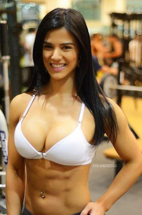 Дівчина спортивна бо займається спортом в тренажерних залах
