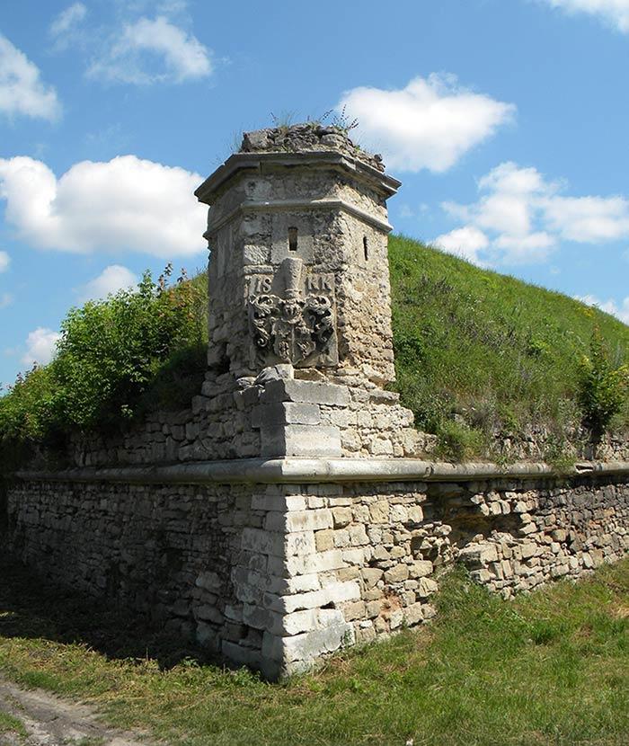 Оборонні мури золочівського замку