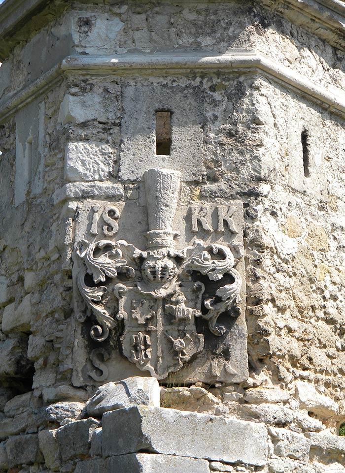 Герб на бійниці замку